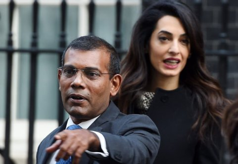 epaselect epa05120096 Former President of Maldives Mohamed Nasheed (L) and British lawyer Amal Clooney (R) leave after a meeting with British Prime Minister David Cameron (not pictured) at 10 Downing Street in London, Britain, 23 January 2016. The former president of the Maldives has been granted temporary release from prison to fly to Britain for surgery. EPA/ANDY RAIN